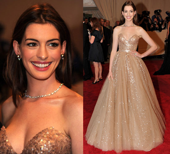 anne hathaway wears valentino at 2010 costume institute gala popsugar fashion. Black Bedroom Furniture Sets. Home Design Ideas