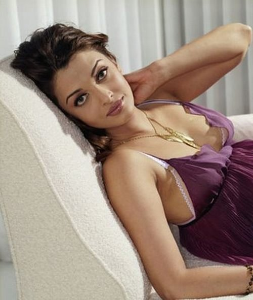 http://media.onsugar.com/files/2010/07/27/2/902/9022627/2b/aishwarya_rai_hot.jpg