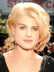 Kelly Osbourne wearing a blonde medium length hairstyle with waves