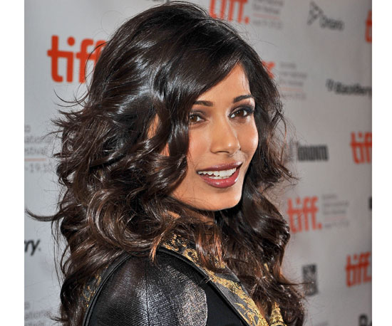 Freida Pinto brought glamour to a whole new level with these glossy curls at ...