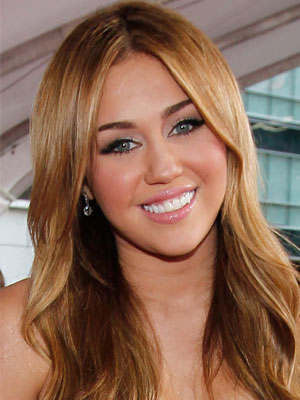 Miley Cyrus looks pretty sweet on the red carpet. Her soft eye makeup,