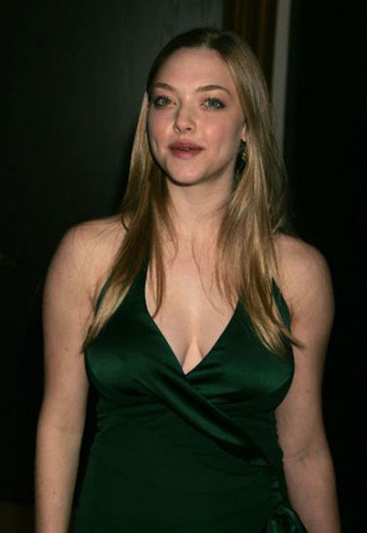 amanda seyfried hot wallpapers. amanda seyfried pics gallery