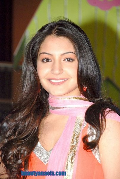 anushka sharma hot wallpapers pics. anushka sharma hot photos.