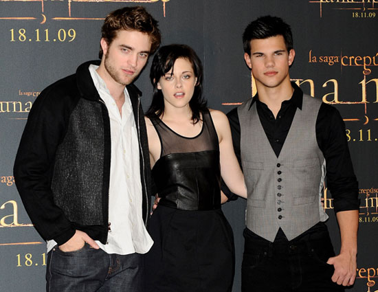 http://media.onsugar.com/files/ed3/258/2589278/46_2009/fb169526042e1321_Robert_Pattinson_and_Kristen_Stewart_and_Taylor_Lautner_at_New_Moon_Event_in_Madrid_Spain.jpg
